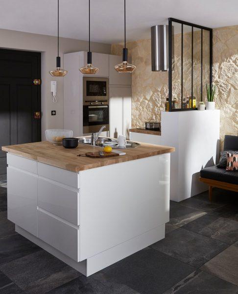 cocina-blanca-encimiera-madera