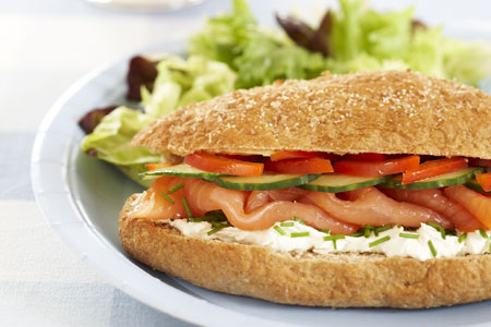 Sandwich de salmón y huevo