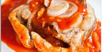 Merluza al horno con salsa de tomate