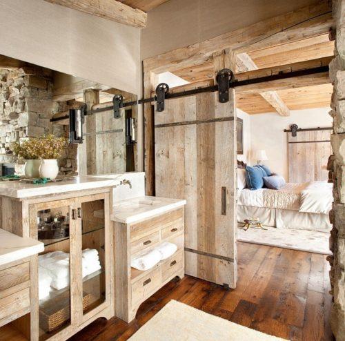 puerta de madera y mueble de baño de madera